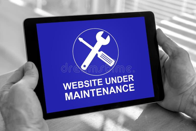 Het concept van het websiteonderhoud op een tablet stock foto's