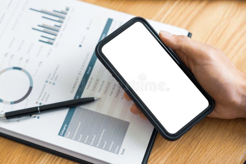 Het concept van het het werkproces, Bedrijfsmens die mobiele telefoon met behulp van die in agenda schrijven die over een bureau  royalty-vrije stock foto's