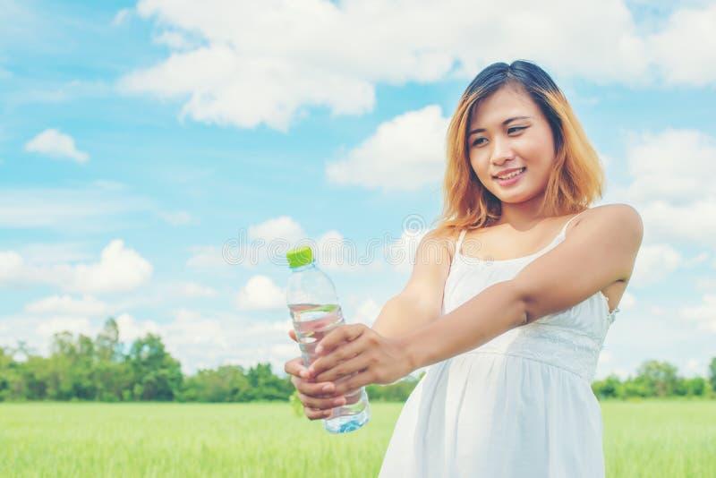 Het concepten jonge mooie vrouw die van de vrouwenlevensstijl witte kleding dragen royalty-vrije stock afbeelding