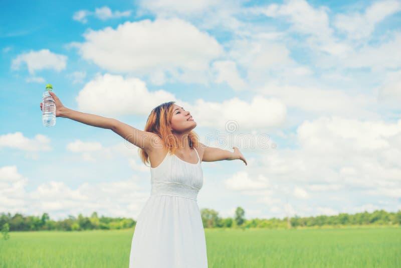 Het concepten jonge mooie vrouw die van de vrouwenlevensstijl witte kleding dragen stock afbeelding