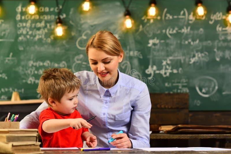 Het conceptenonderwijs - terug naar school op groen concept als achtergrond, Onderwijs en huis - beklemtoonde student met boeken royalty-vrije stock afbeeldingen