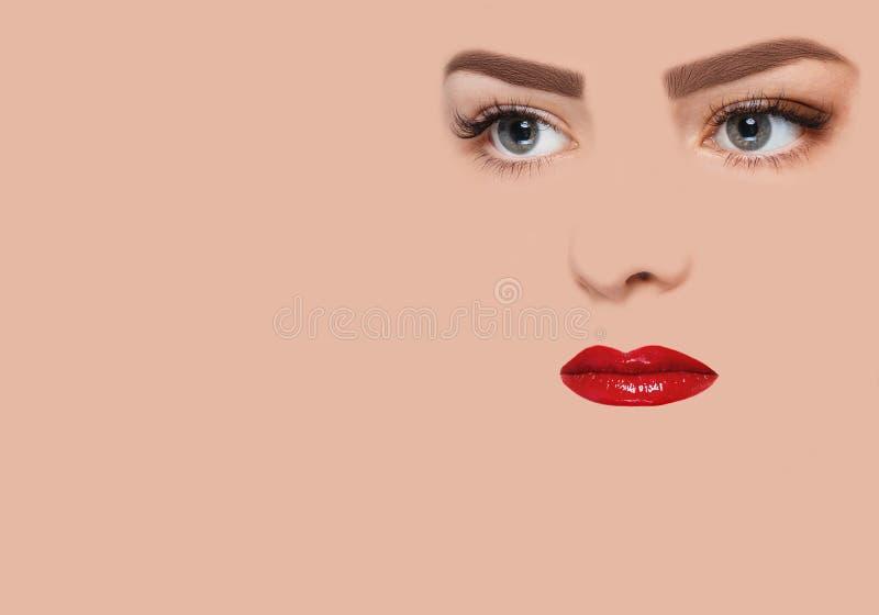 Het conceptuele beeld met rode lippen stock afbeeldingen