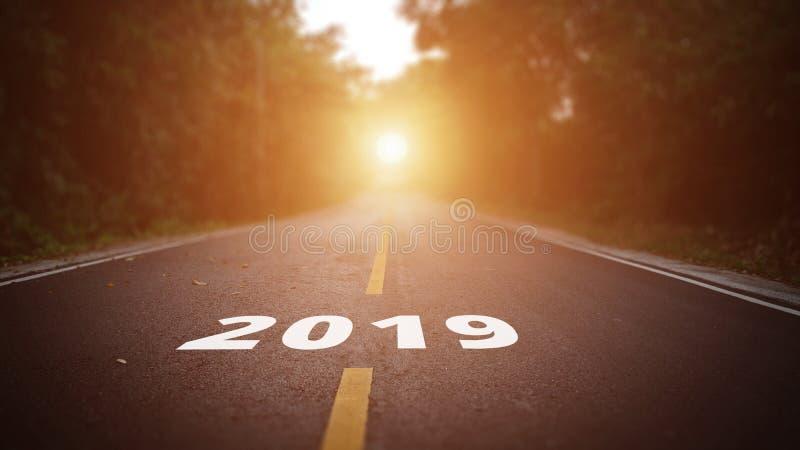 Het conceptuele beeld met woord 2019 op asfaltweg dat allen betekent is royalty-vrije stock foto's