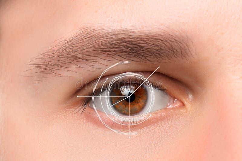 Het conceptuele beeld van digitaal oog van een jonge mens stock foto