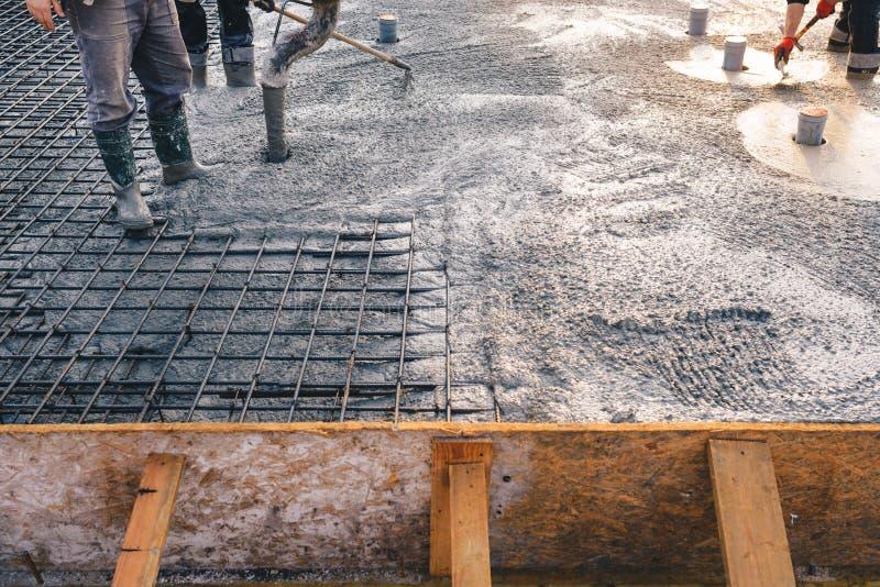 Het concrete gieten tijdens concreting vloeren van gebouwen in constr royalty-vrije stock foto's