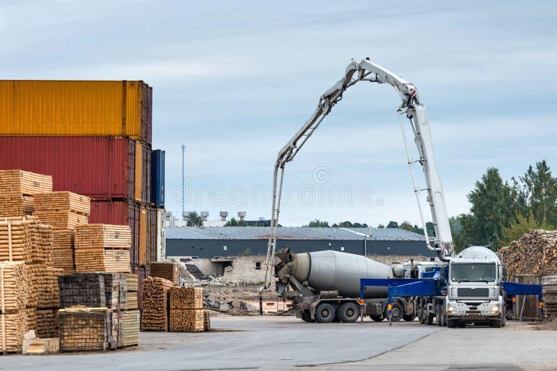 Het concrete materiaal werkt van het gebied van het havenpakhuis uit royalty-vrije stock afbeeldingen