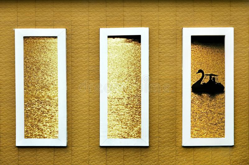 Het concrete raamkozijn openbaart silllouettebeeld van zwaanboot van a royalty-vrije stock afbeeldingen