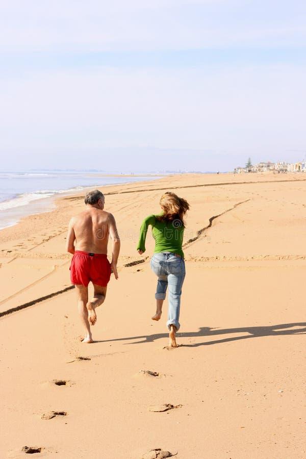 Het concurreren bij het strand stock fotografie