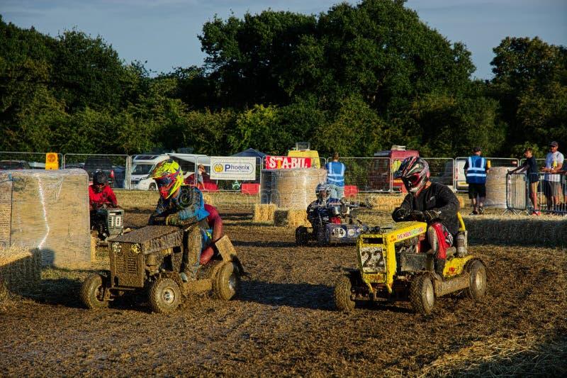 Het concurrerende Modder bespatte Grasmaaimachine Rennen stock foto's