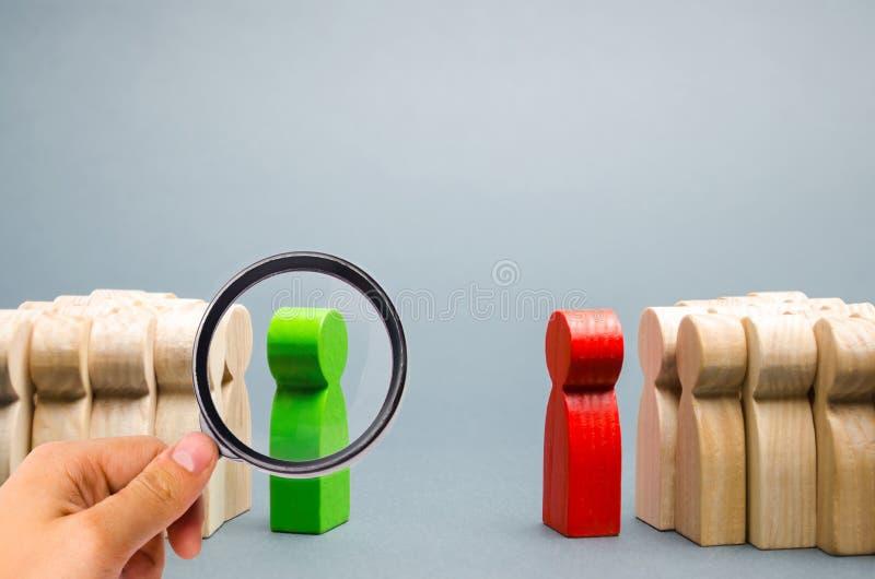 Het conflict tussen de leiders van de twee teams De bedrijfs concurrentie Zoeken voor compromissen Mensen in de bespreking stock foto