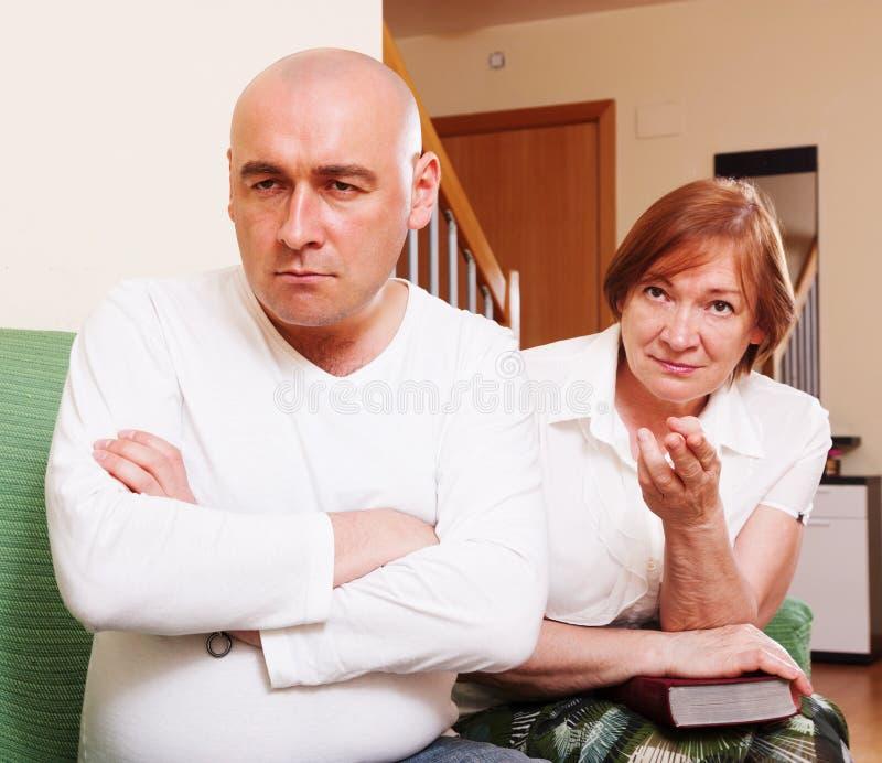 Het conflict tussen moeder en zoon stock afbeeldingen