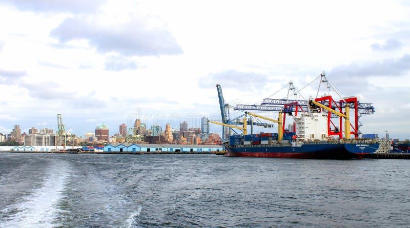 Het containerschip Conti Arabella dokte bij de Rode Haak Marine Terminal langs de waterkant van Brooklyn stock afbeelding