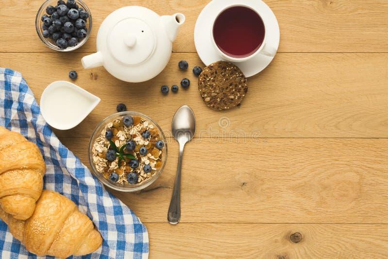 Het continentale ontbijt met croissants en de bessen op natuurlijk streven na stock afbeelding