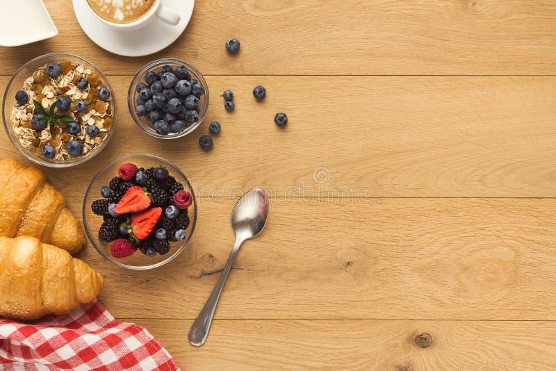 Het continentale ontbijt met croissants en de bessen op natuurlijk streven na royalty-vrije stock foto's
