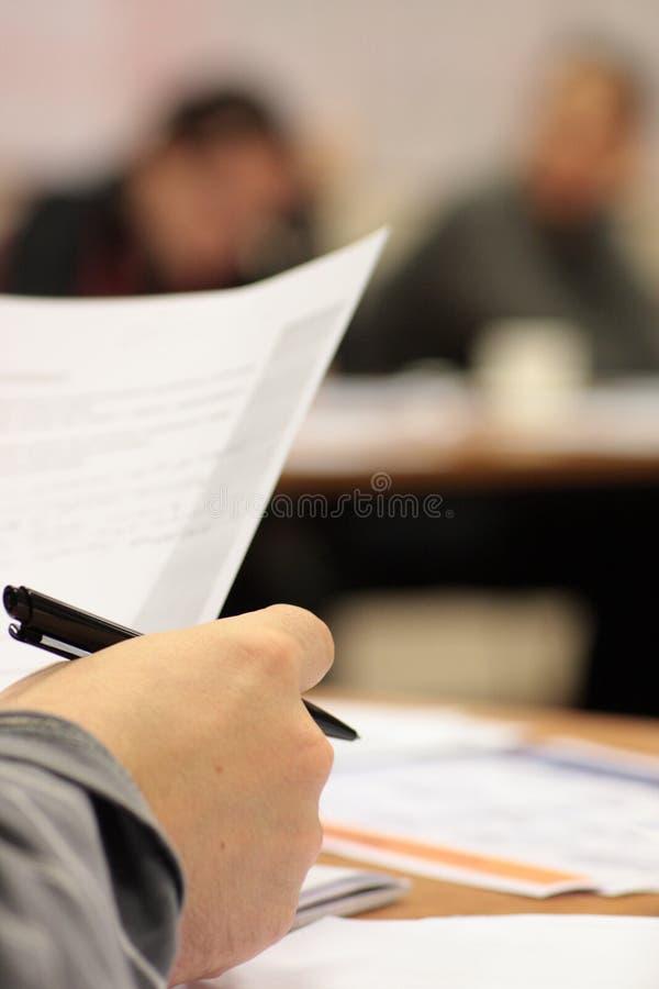 Het contract van de lezing royalty-vrije stock afbeeldingen