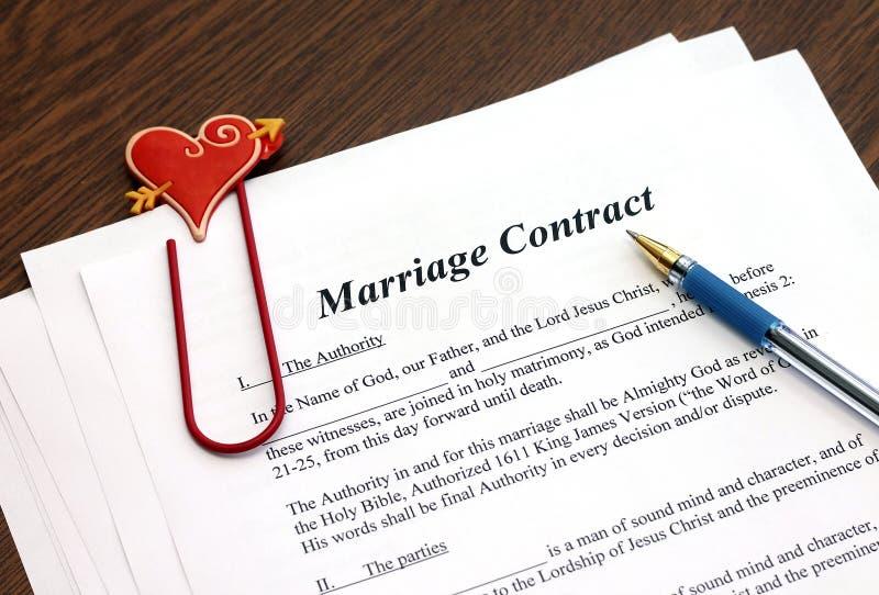 Het contract van het huwelijk met pen op houten lijst stock foto's