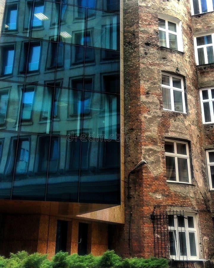 Het contrast, Moniuszki-de toren en het Getto van Warshau blijven royalty-vrije stock afbeeldingen