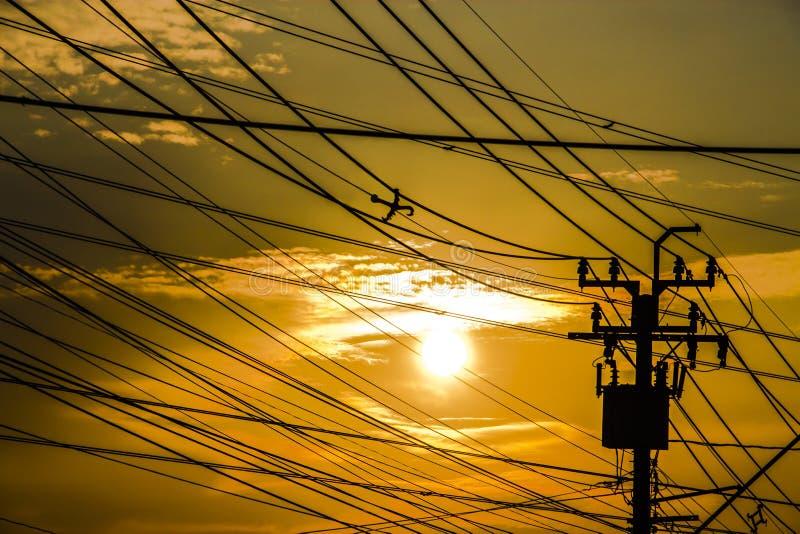 Het contrast van de silhouettenhemel met elektrische tol stock afbeelding