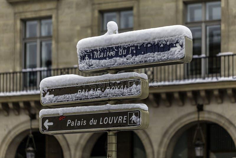 Het controlebord van richting heeft Parijs stock afbeeldingen
