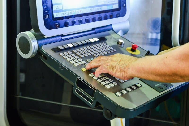 Het controlebord van het werkprogramma over het controlebord van het precisiecnc machinaal bewerkende centrum, de verwerking van  royalty-vrije stock afbeeldingen