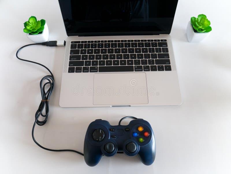 Het Controlemechanisme Attached van USB Gamepad aan Laptop met USB type-C royalty-vrije stock afbeeldingen