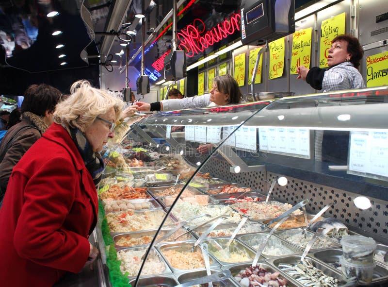 Het controleren achter het glas op een Belgische markt stock foto's