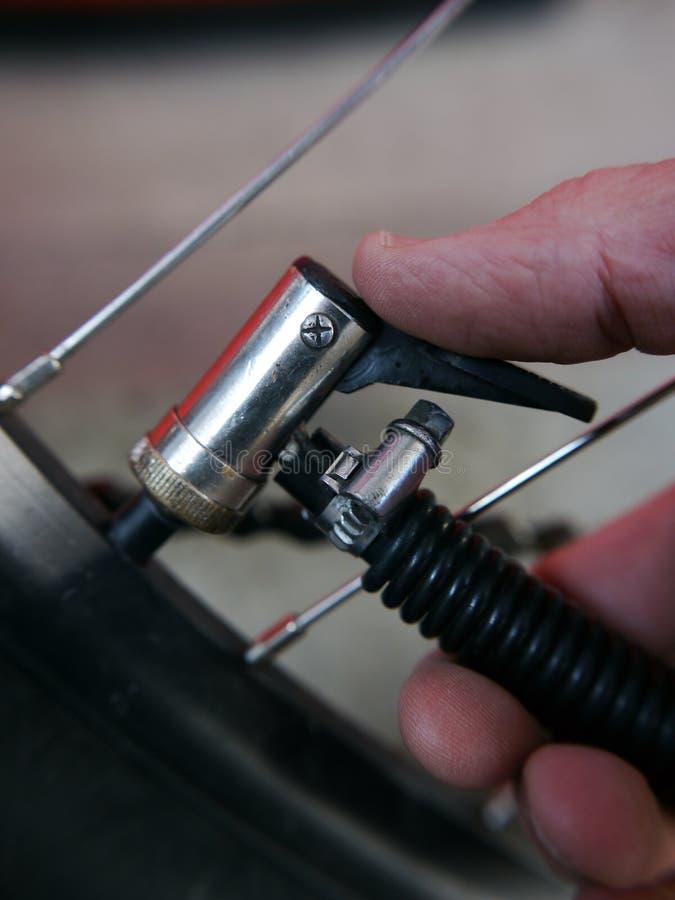 Het controleren de fietsband van de inflatiedruk royalty-vrije stock fotografie
