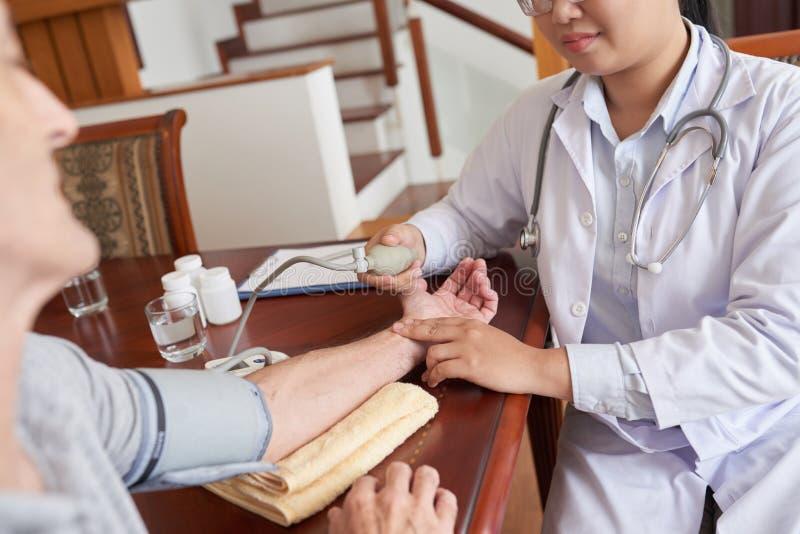 Het controleren van bloeddruk stock afbeelding