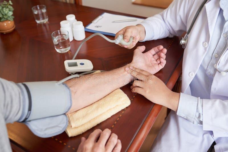 Het controleren van bloeddruk royalty-vrije stock foto
