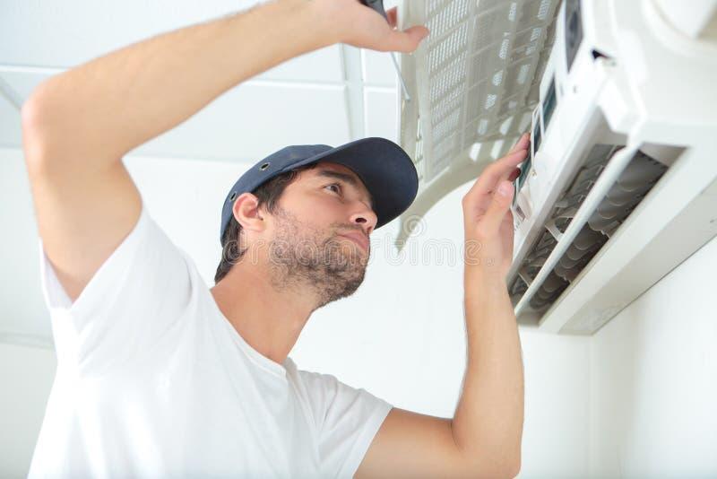 Het controleren van de airconditioningseenheid stock afbeelding