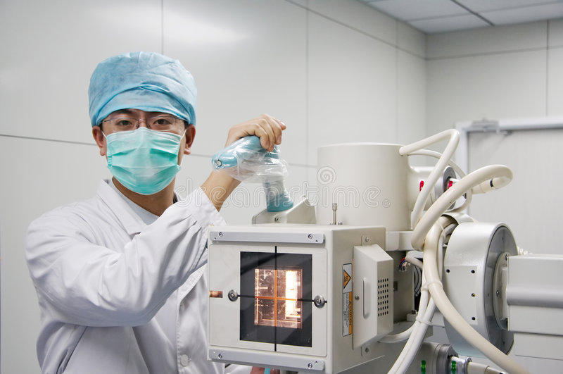 Het controleren van de arts het instrument van de Röntgenstraal