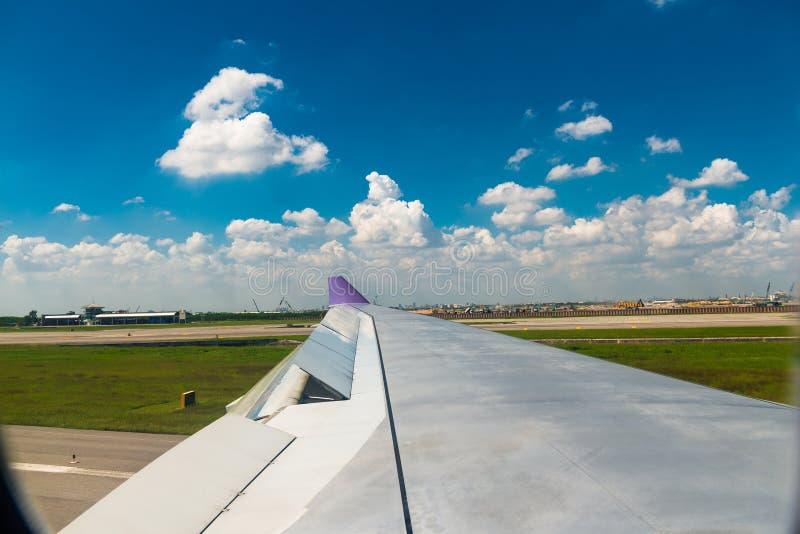 Het controleren van de verrichting van alle vliegtuigenmechanismen alvorens te vliegen stock foto