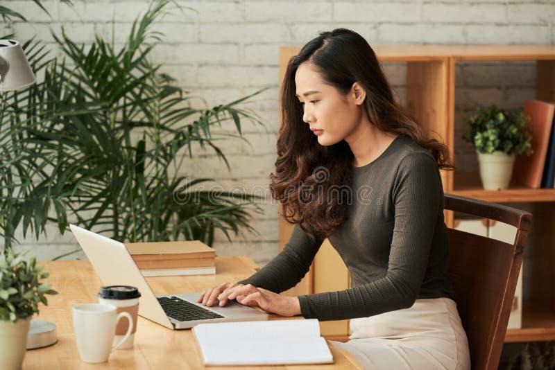Het controleren van e-mail royalty-vrije stock fotografie