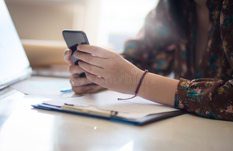 Het controleren van haar berichten royalty-vrije stock fotografie