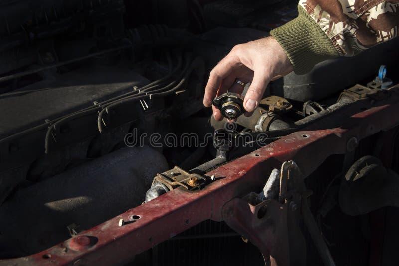 Het controleren van het koelmiddelenniveau in de auto GLB van de radiator, controlevloeistof, vervangingsvloeistof royalty-vrije stock fotografie