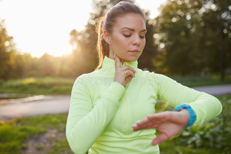 Het controleren van impuls vóór jogging royalty-vrije stock foto's