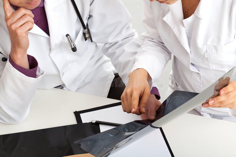 Het controleren van resultaten van röntgenstraal royalty-vrije stock foto's