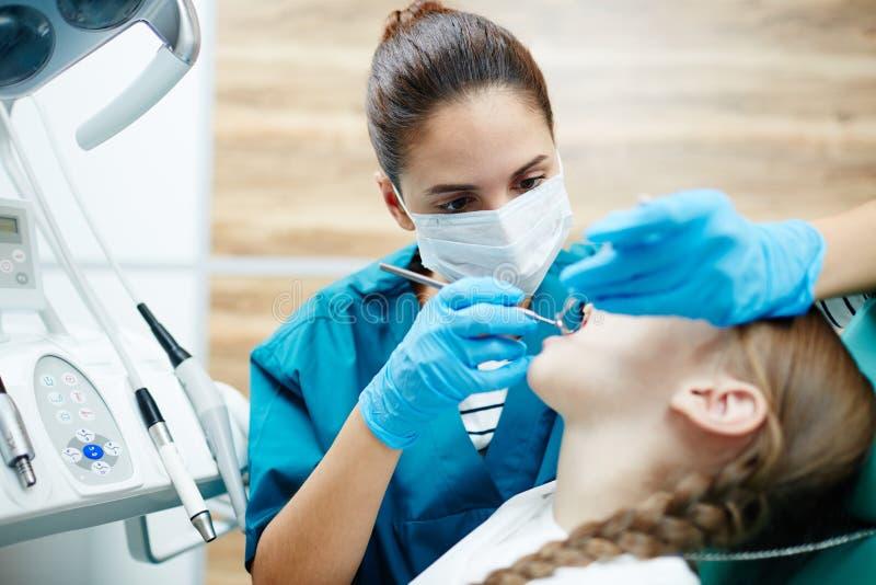 Het controleren van tanden stock afbeeldingen