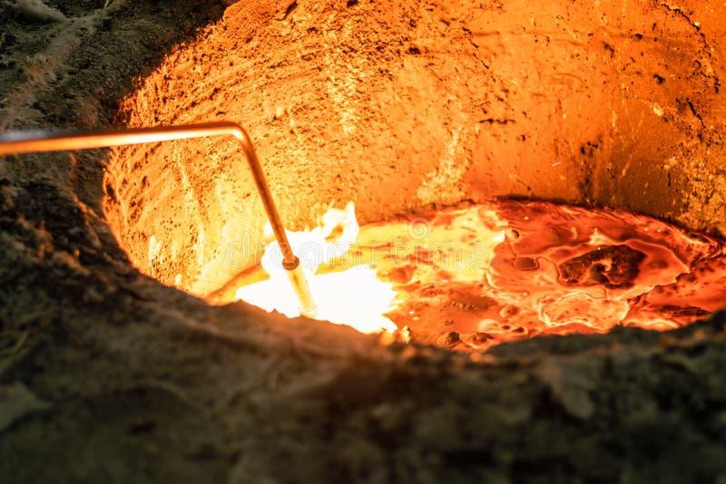 Het controleren van temperatuur van gesmolten metaal met thermometer stock foto's