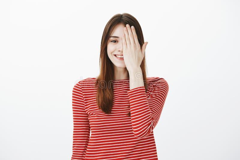 Het controleren van visie bij opticien om nieuwe contactlenzen te kopen Portret van tevreden ontspannen meisje met brede glimlach stock afbeelding