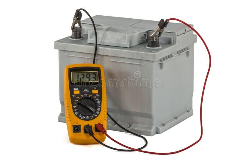 Het controleren van voltage van geïsoleerd automobielbatterij, op witte backgr royalty-vrije stock foto's