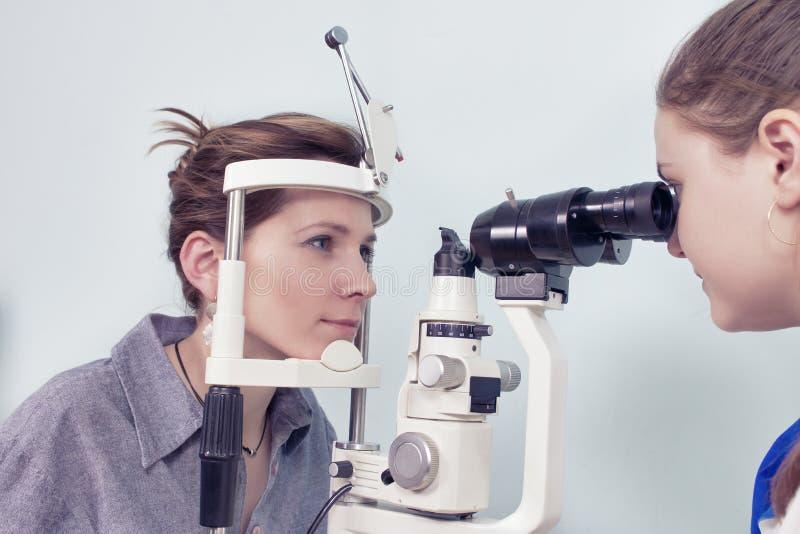 Het controleren van zicht in een kliniek van de toekomst stock afbeelding