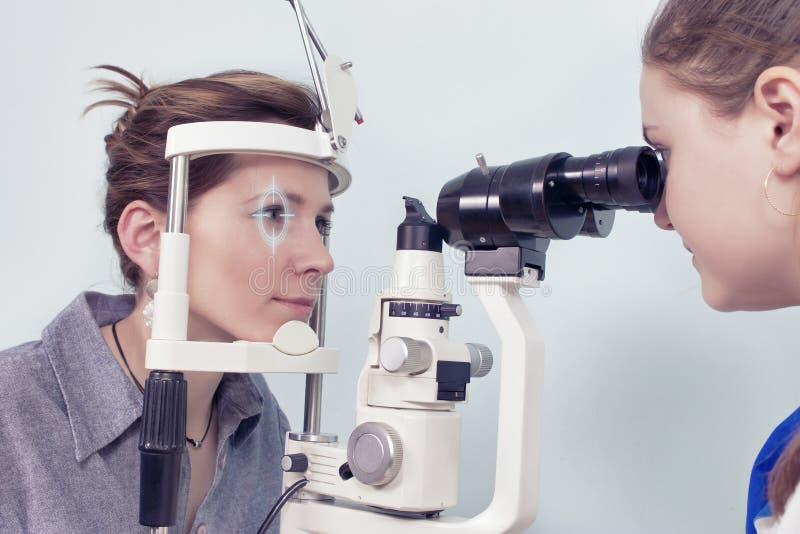 Het controleren van zicht in een kliniek van de toekomst stock fotografie