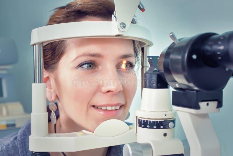 Het controleren van zicht in een kliniek van de toekomst royalty-vrije stock foto's