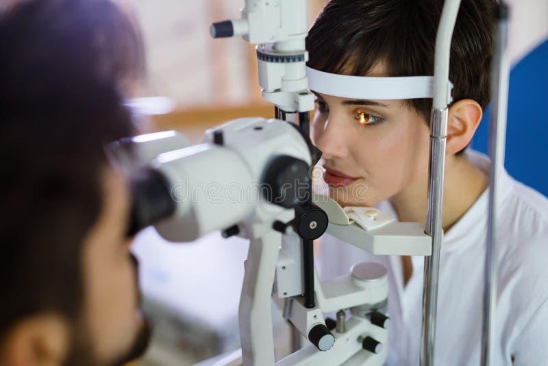 Het controleren van zicht in een kliniek oftalmologie Geneeskunde en gezondheidsconcept royalty-vrije stock afbeeldingen