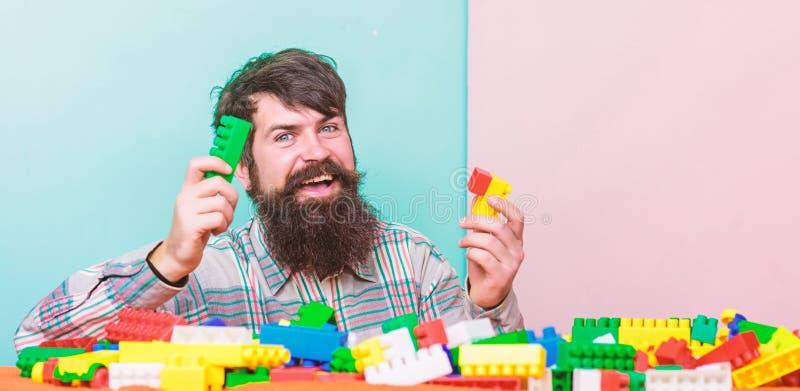 Het is correct het glimlachen papa speeluitrusting het vrolijke spel van het vaderspel Droom over leaisure de bouw met kleurenaan stock afbeeldingen