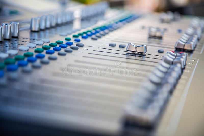 Het correcte audiocontrolebord van de muziekmixer Correcte mixercontrole, elektronisch apparaat stock fotografie