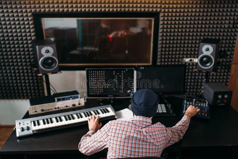 Het correcte producentenwerk met audiomateriaal in studio royalty-vrije stock fotografie
