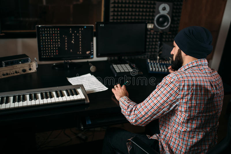 Het correcte producentenwerk met audiomateriaal in studio royalty-vrije stock foto