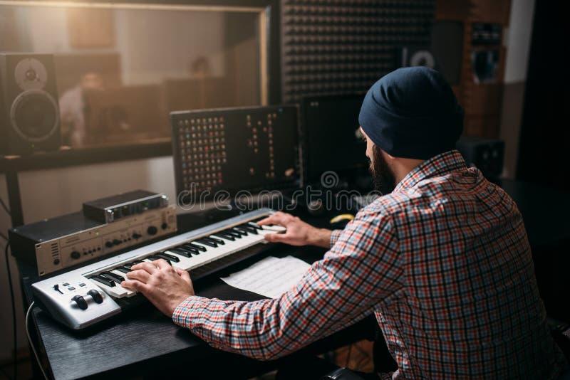 Het correcte producentenwerk met audiomateriaal in studio stock fotografie